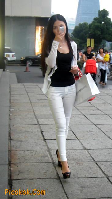 白色紧身牛仔裤美眉,身材超赞1