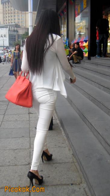 白色紧身牛仔裤美眉,身材超赞2