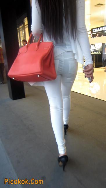 白色紧身牛仔裤美眉,身材超赞5