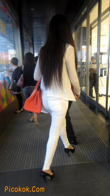 白色紧身牛仔裤美眉,身材超赞6