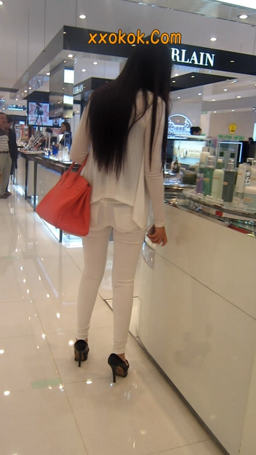 白色紧身牛仔裤美眉,身材超赞10
