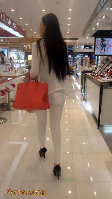 白色紧身牛仔裤美眉,身材超赞12