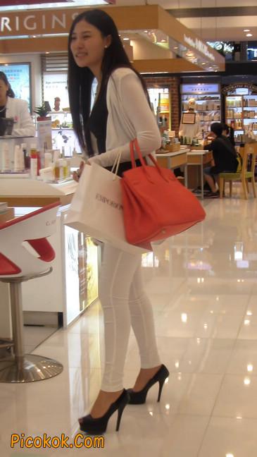 白色紧身牛仔裤美眉,身材超赞14