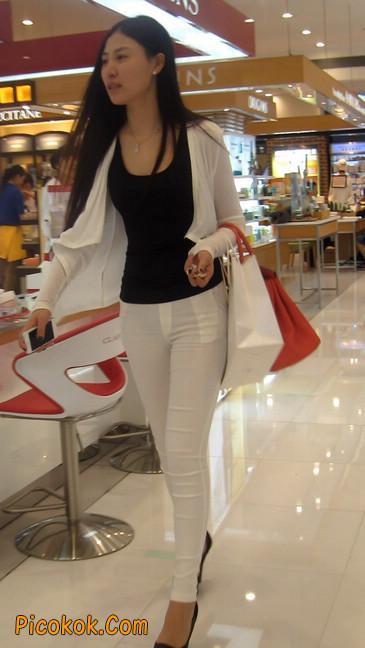 白色紧身牛仔裤美眉,身材超赞16
