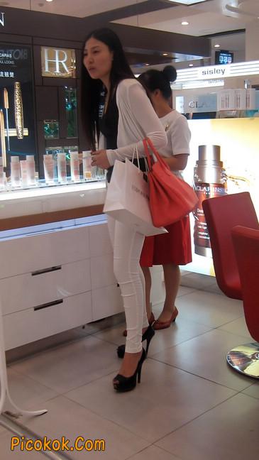 白色紧身牛仔裤美眉,身材超赞18