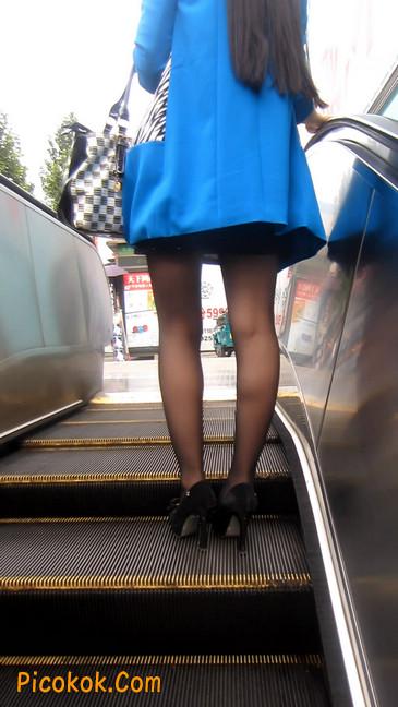 短裙黑丝高跟美眉,笑起来真甜美17