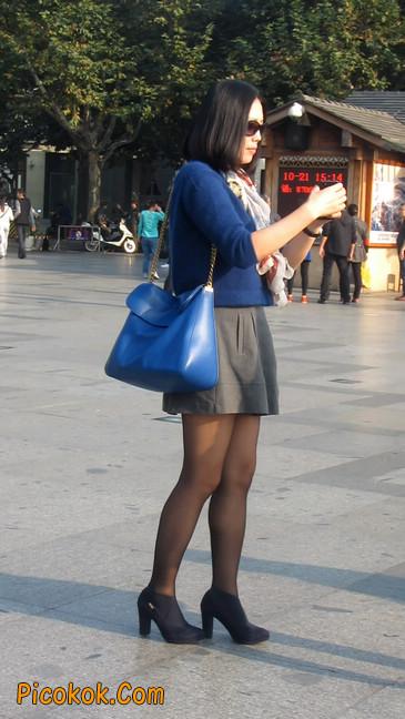 短裙黑丝少妇,身材好相貌赞15
