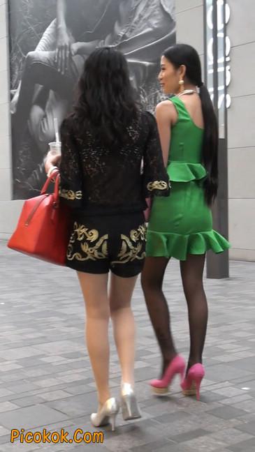 街拍两个极品美女,肉丝黑丝让你双飞3