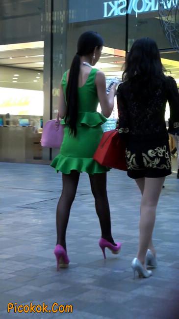 街拍两个极品美女,肉丝黑丝让你双飞10