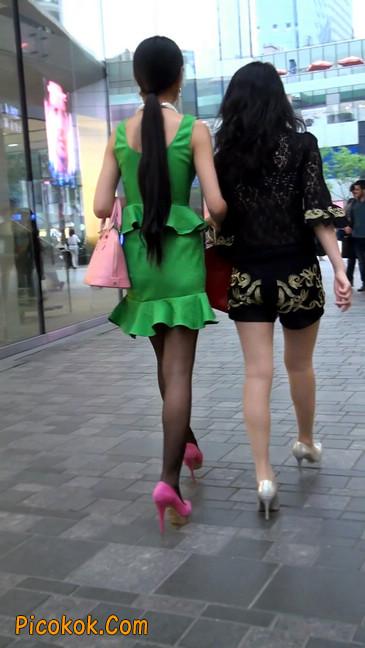 街拍两个极品美女,肉丝黑丝让你双飞11