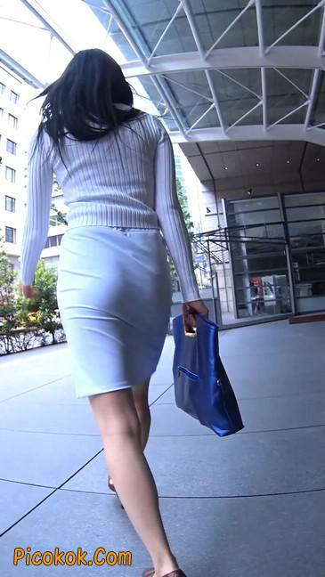 职场少妇太有韵味,紧身裙印出臀痕