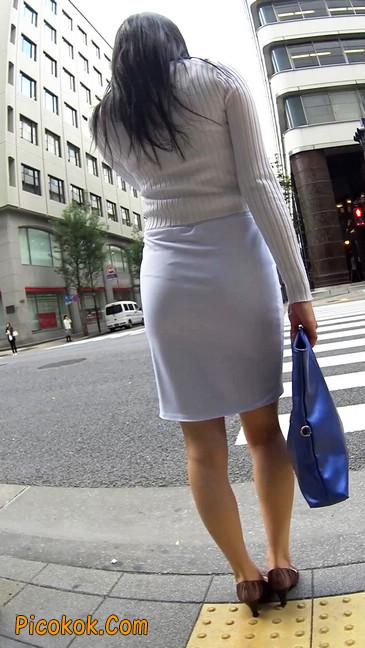 职场少妇太有韵味,紧身裙印出臀痕9