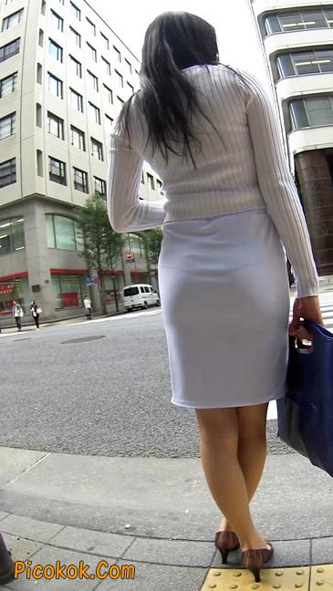 职场少妇太有韵味,紧身裙印出臀痕10