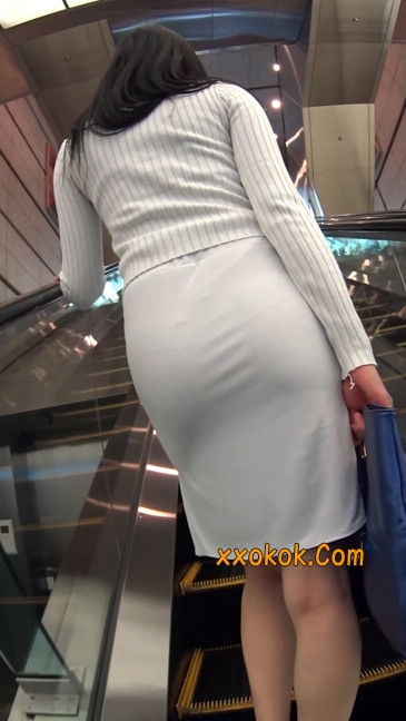职场少妇太有韵味,紧身裙印出臀痕16