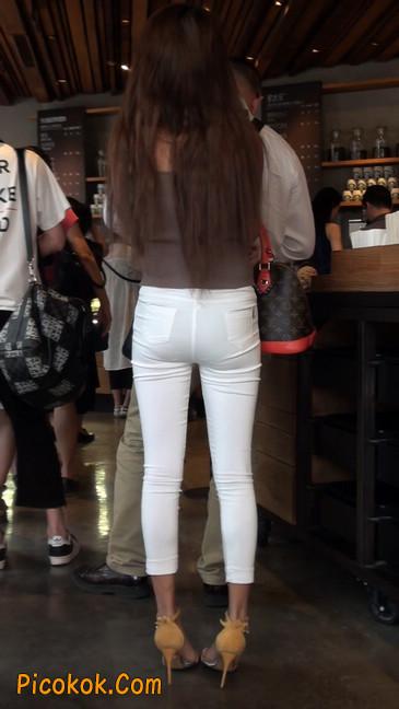 跟拍一个非常诱人的白色牛仔裤美女