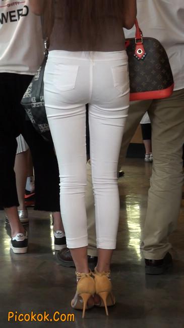 跟拍一个非常诱人的白色牛仔裤美女2