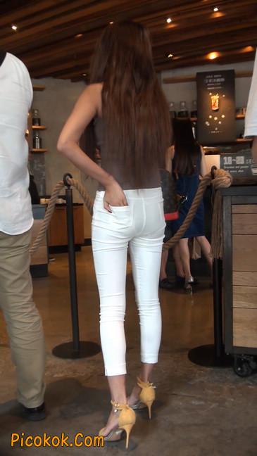 跟拍一个非常诱人的白色牛仔裤美女8