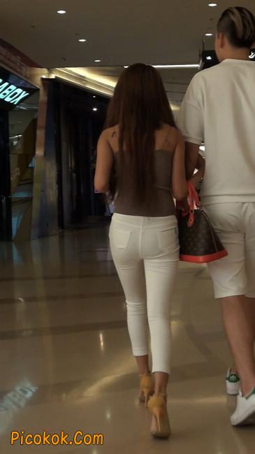 跟拍一个非常诱人的白色牛仔裤美女35