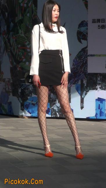 非常诱人的网格丝袜短裙美少妇9