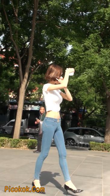 紧身贴体的牛仔裤美女身材真的是棒11
